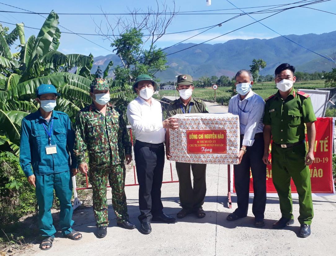 Lãnh đạo huyện Đại Lộc trao quà động viên tinh thần lực lượng làm nhiệm vụ tuyến đầu chống dịch Covid-19. Ảnh: H.L