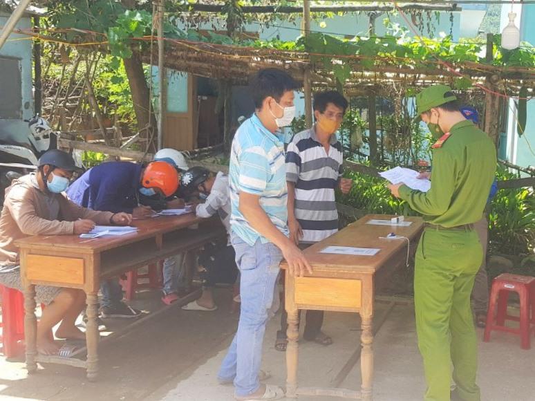 Cán bộ, chiến sĩ Công an huyện Đông Giang tham gia làm nhiệm vụ tại chốt kiểm soát phòng chống dịch Covid-19. Ảnh: Đ.N