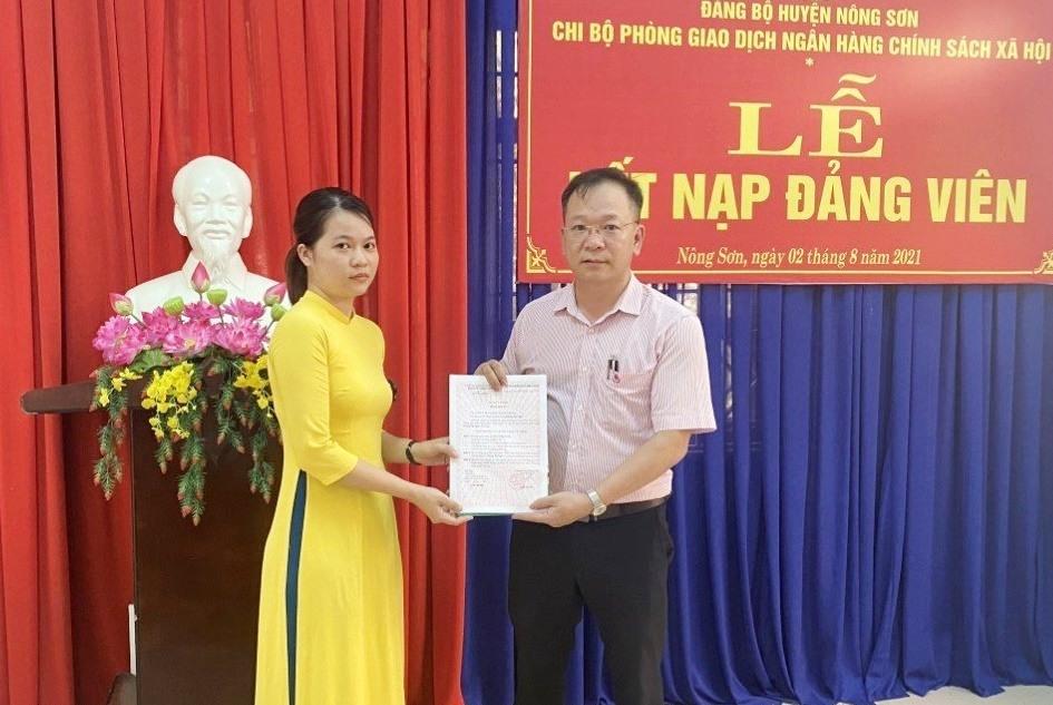 Tổ chức kết nạp đảng viên với tại Chi bộ Phòng giao dịch Ngân hàng chính sách xã hội thuộc Đảng bộ huyện Nông Sơn. Ảnh: T.B