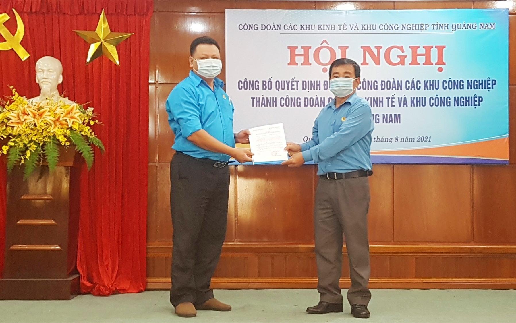Chủ tịch LĐLĐ tỉnh Phan Xuân Quang trao Quyết định đổi tên Công đoàn Khu kinh tế và Khu công nghiệp tỉnh. Ảnh: D.L