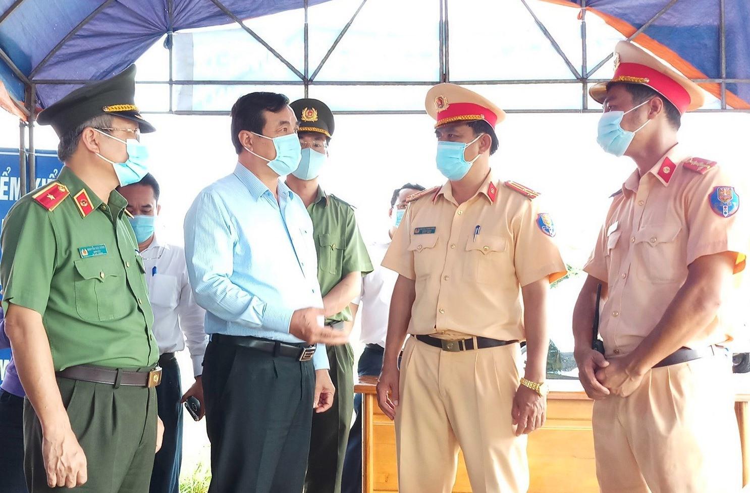 Ủy viên Trung ương Đảng, Bí thư Tỉnh ủy, Chủ tịch HĐND tỉnh Phan Việt Cường có buổi kiểm tra, thăm động viên cán bộ, chiến sĩ trực tiếp làm nhiệm vụ phòng chống dịch Covid-19 tại các chốt kiểm soát phía nam huyện Núi Thành.