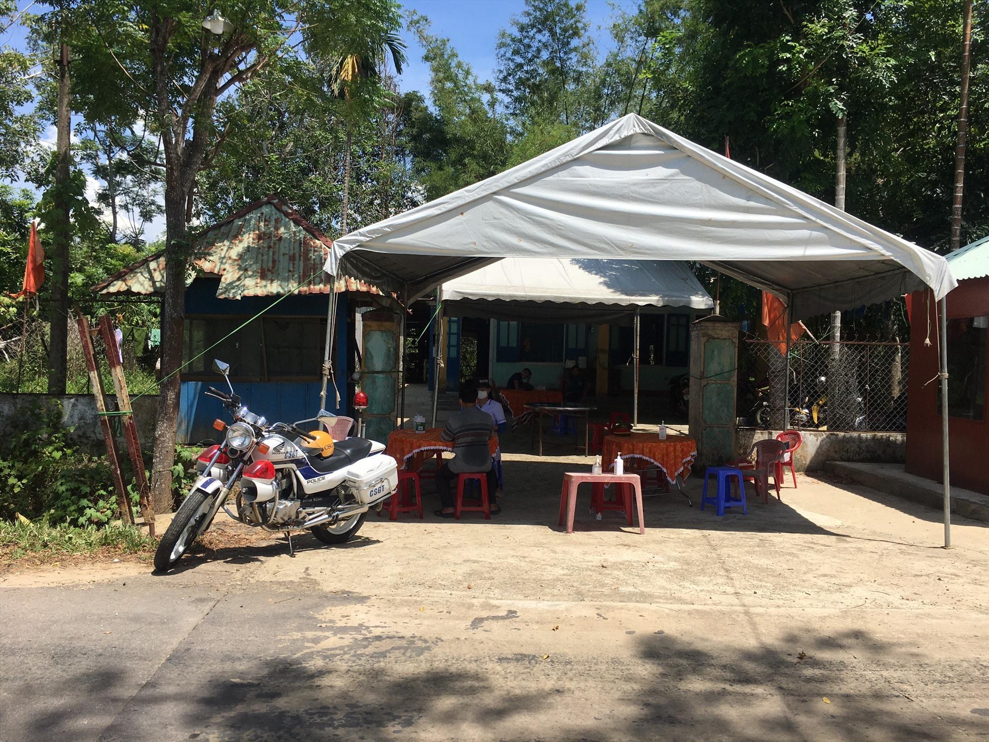 Chốt kiểm soát phòng chống dịch Covid-19 được UBND huyện Phước Sơn thành lập tại tuyến Quốc lộ 14E. Ảnh: Q.K
