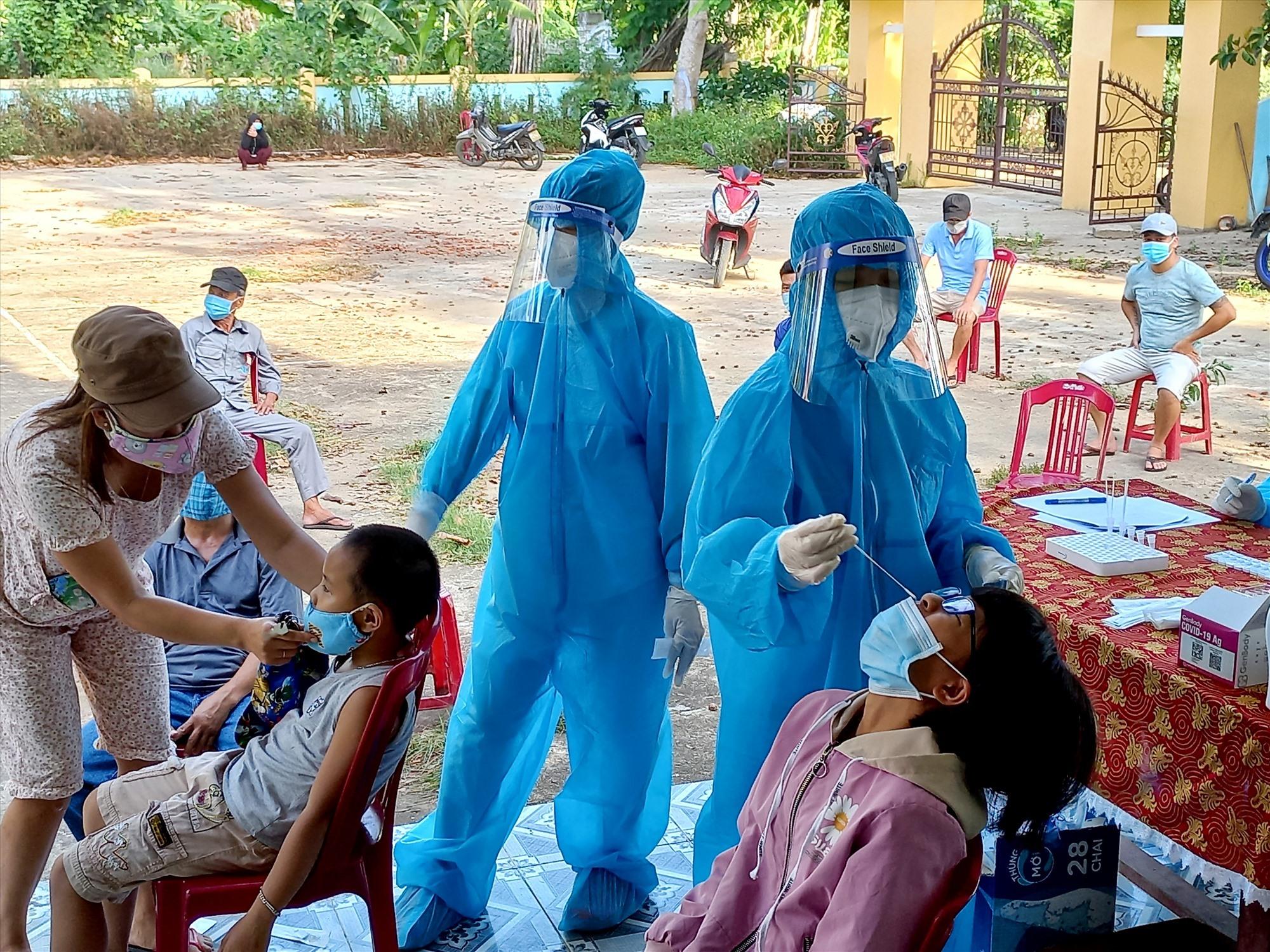 Lấy mẫu xét nghiệm cho người dân thôn Phú Phước vào chiều nay. Ảnh: CT