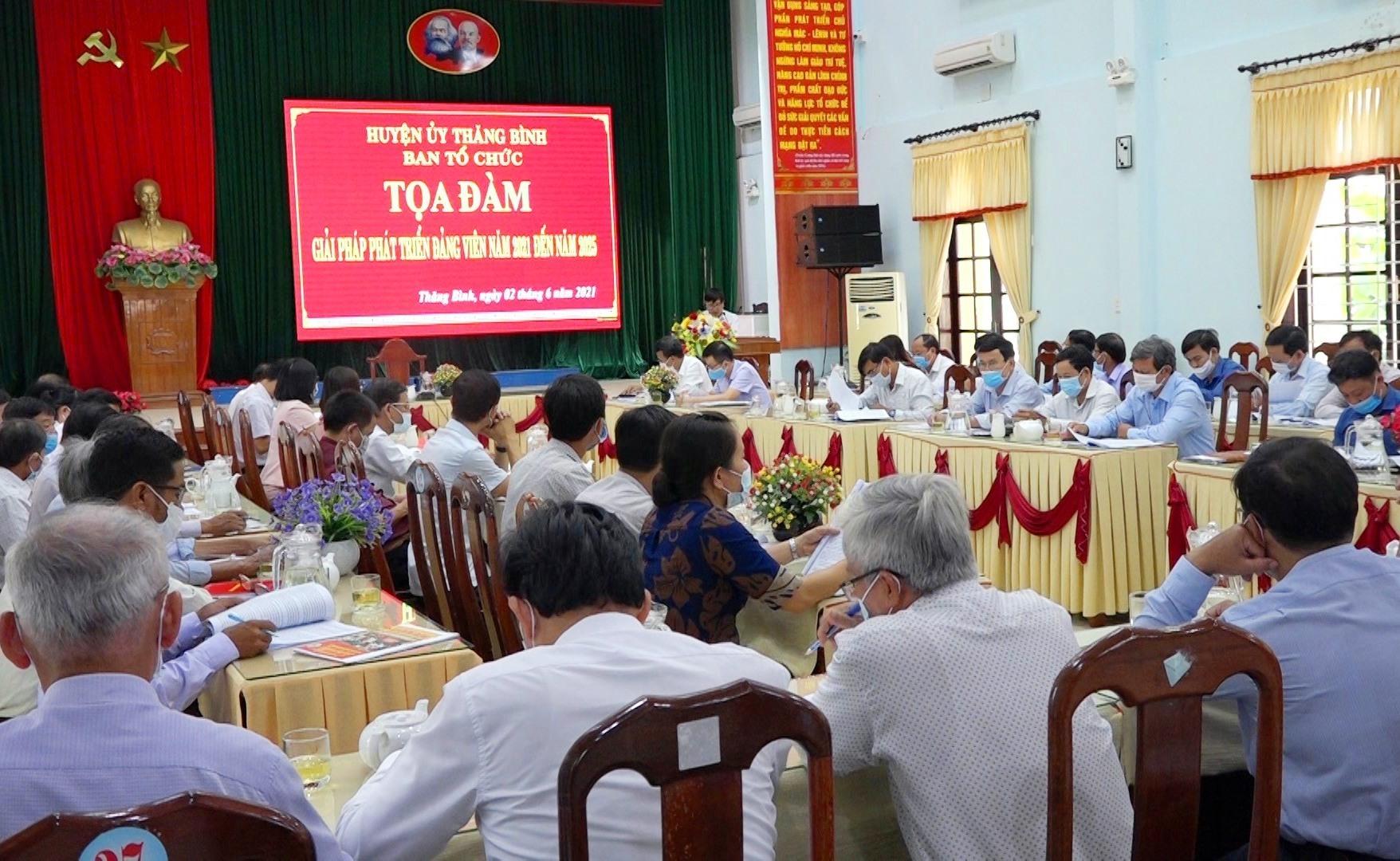 """Huyện ủy Thăng Bình tổ chức """"Tọa đàm phát triển đảng viên năm 2021 đến năm 2025"""" vào tháng 6.2021. Ảnh: MINH TÂN"""
