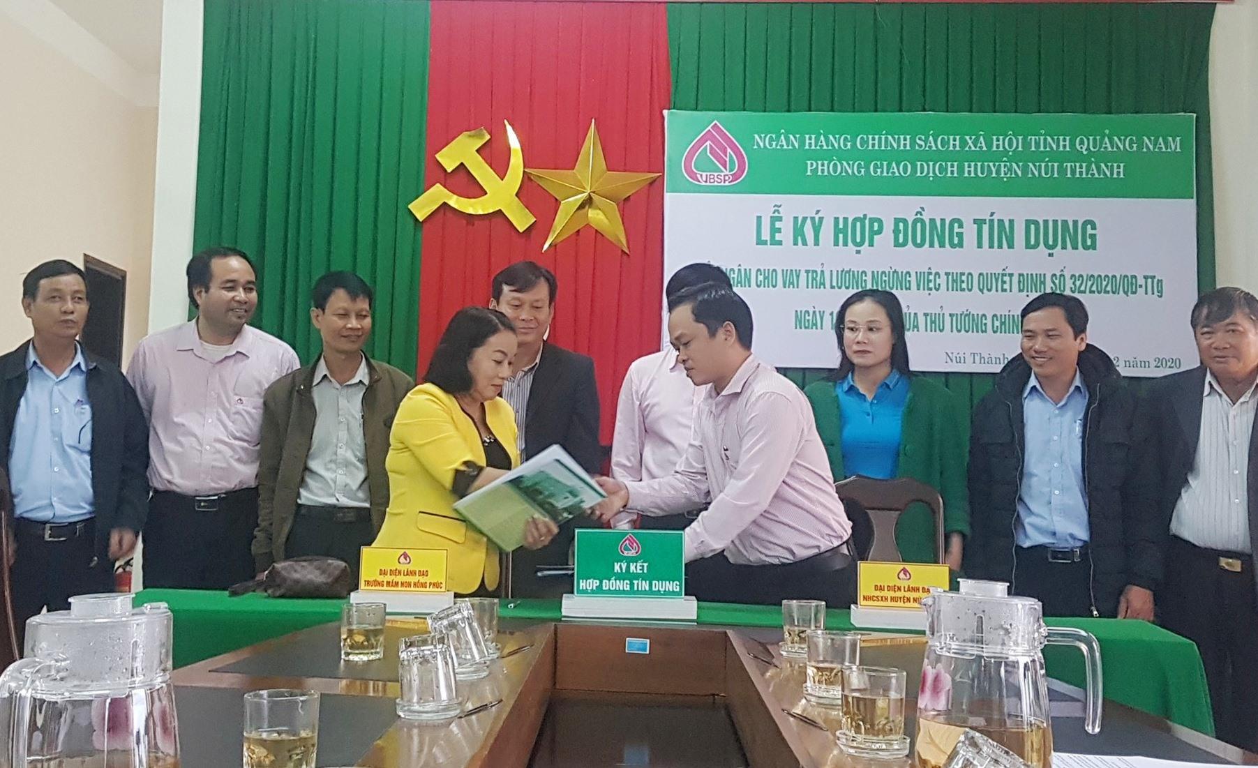 Một doanh nghiệp tại Núi Thành được hỗ trợ vay vốn trả lương cho người lao động trong đợt dịch đầu tiên theo Nghị quyết 42 của Chính phủ. Ảnh: D.L