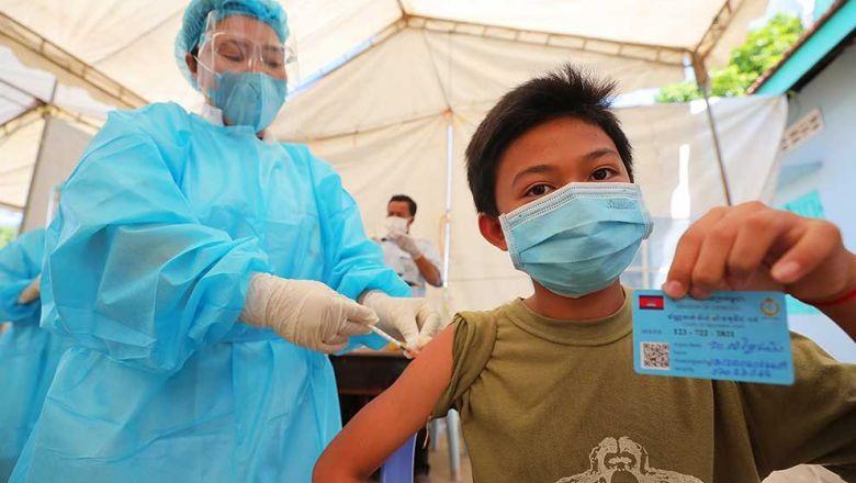Một điểm tiêm phòng vắc xin Covid-19 cho trẻ từ 12 đến 17 tuổi tại Phnôm Pênh. Ảnh: phnompenhpost