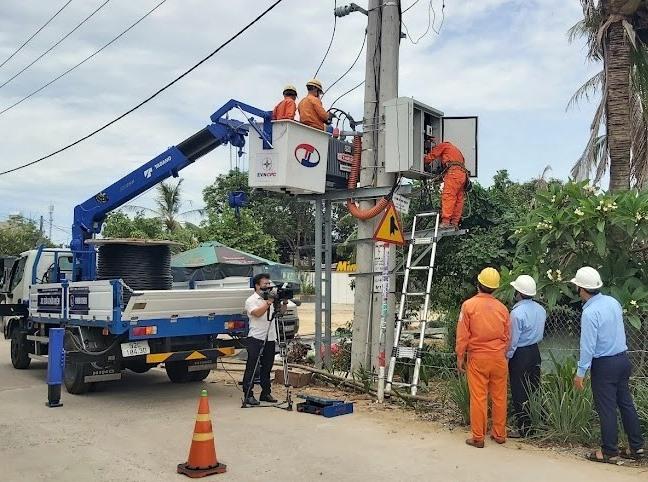 Điện lực Hội An nâng cấp điện mùa nắng nóng.