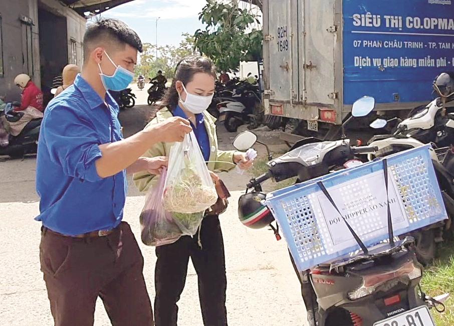 Thanh niên phường An Mỹ (TP.Tam Kỳ) đi chợ giúp người dân khu cách ly. Ảnh: Đ.A