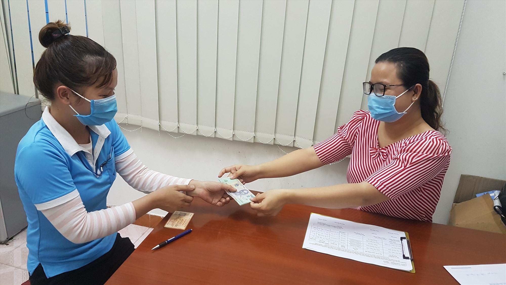 Lao động làm việc tại công ty bị ngừng việc do ảnh hưởng bởi dịch bệnh nhận hỗ trợ tại UBND TP.Tam Kỳ. Ảnh: D.L