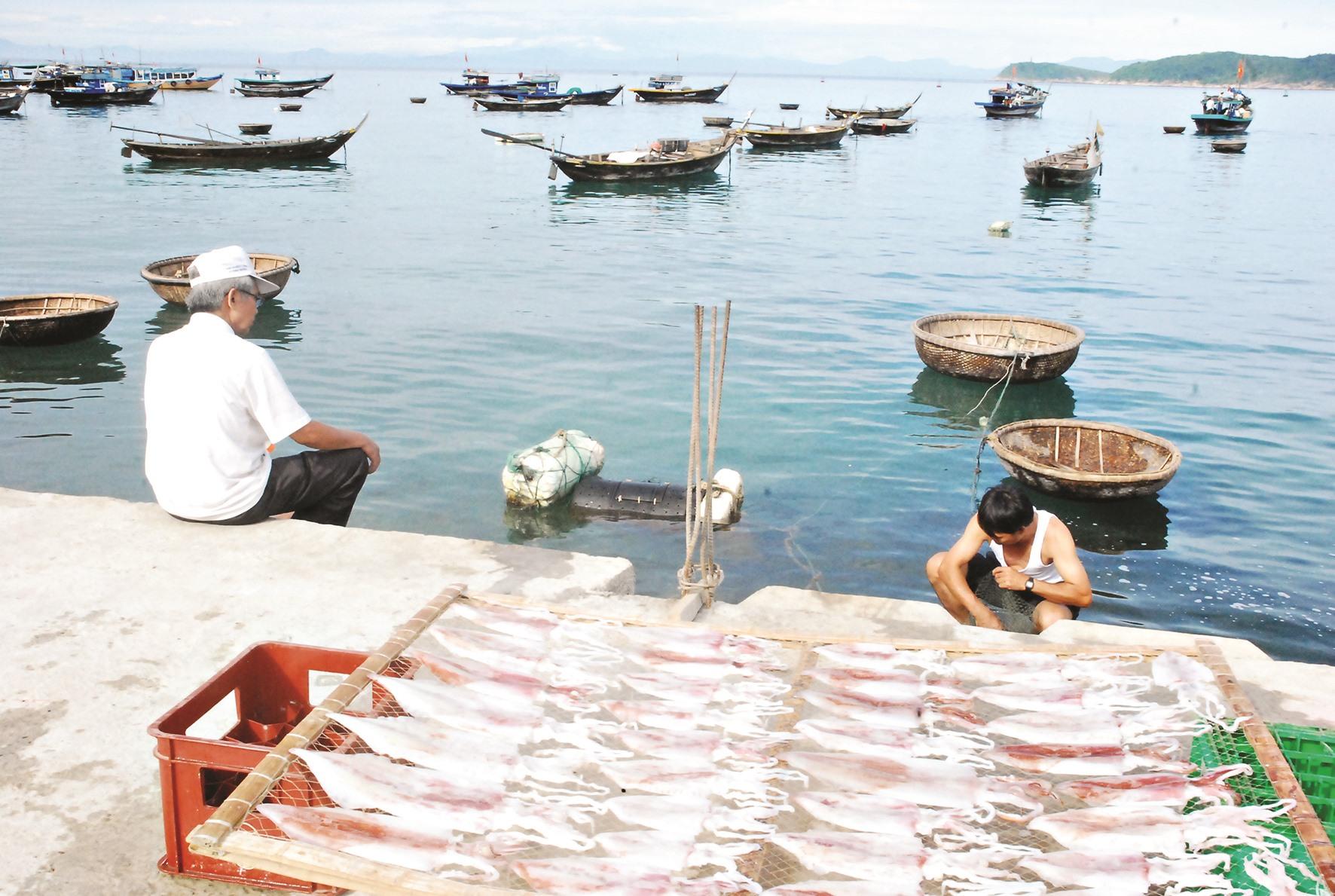 Đánh bắt khai thác đa nghề trên đảo tạo thu nhập ổn định.
