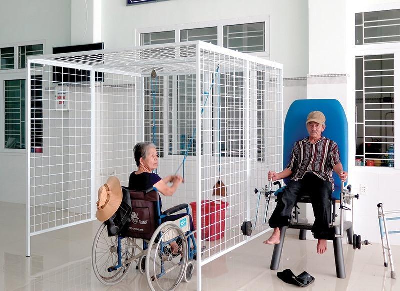 Bệnh nhân của BV Y học Cổ truyền Quảng Nam được cho xuất viện hoặc điều chuyển về các bệnh viện khác. Trong ảnh, bệnh nhân tập vật lý trị liệu tại bệnh viện hồi năm 2020. Ảnh: X.H