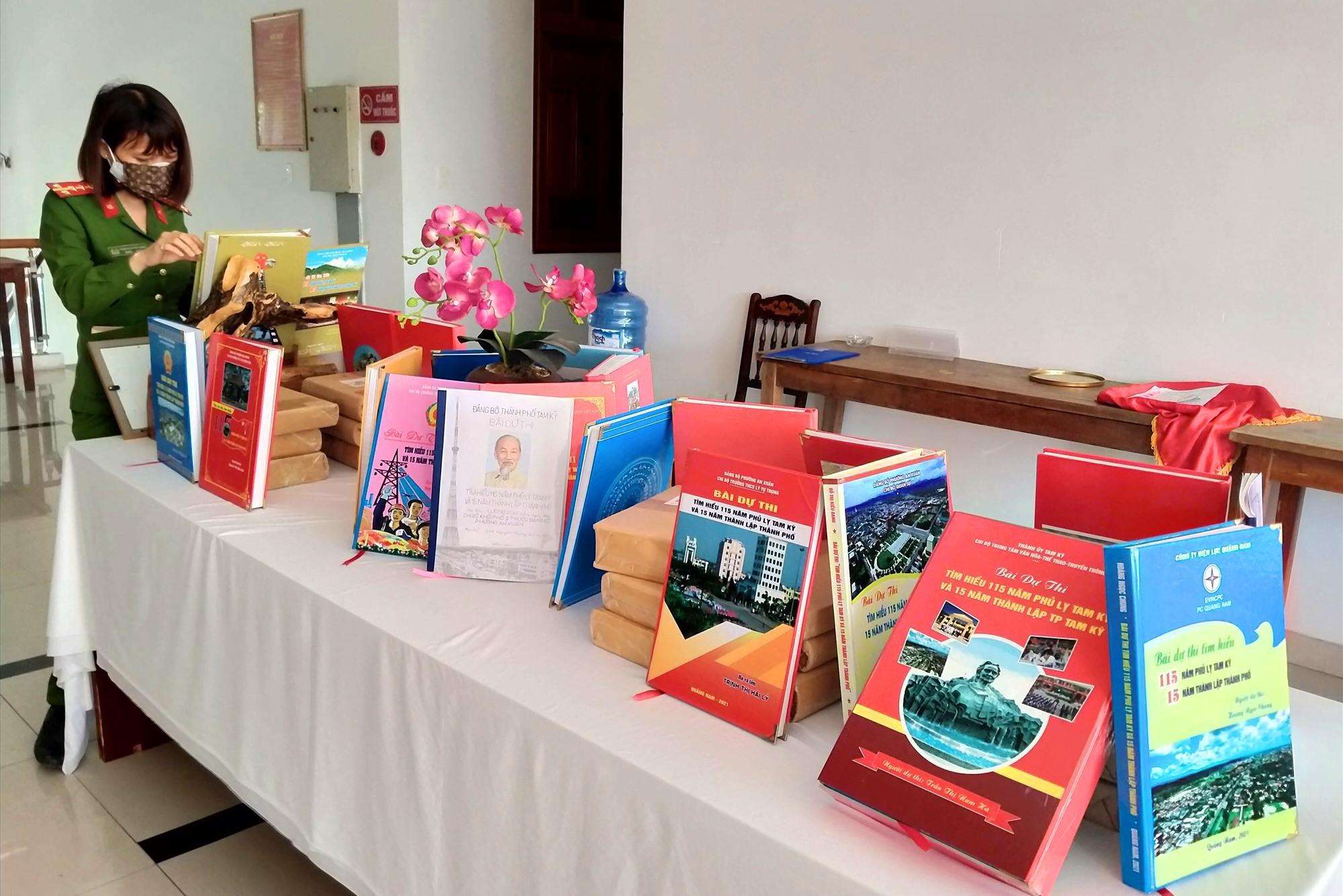 Các bài dự thi đạt giải được trưng bày tại buổi trao thưởng. Ảnh: N.Đ