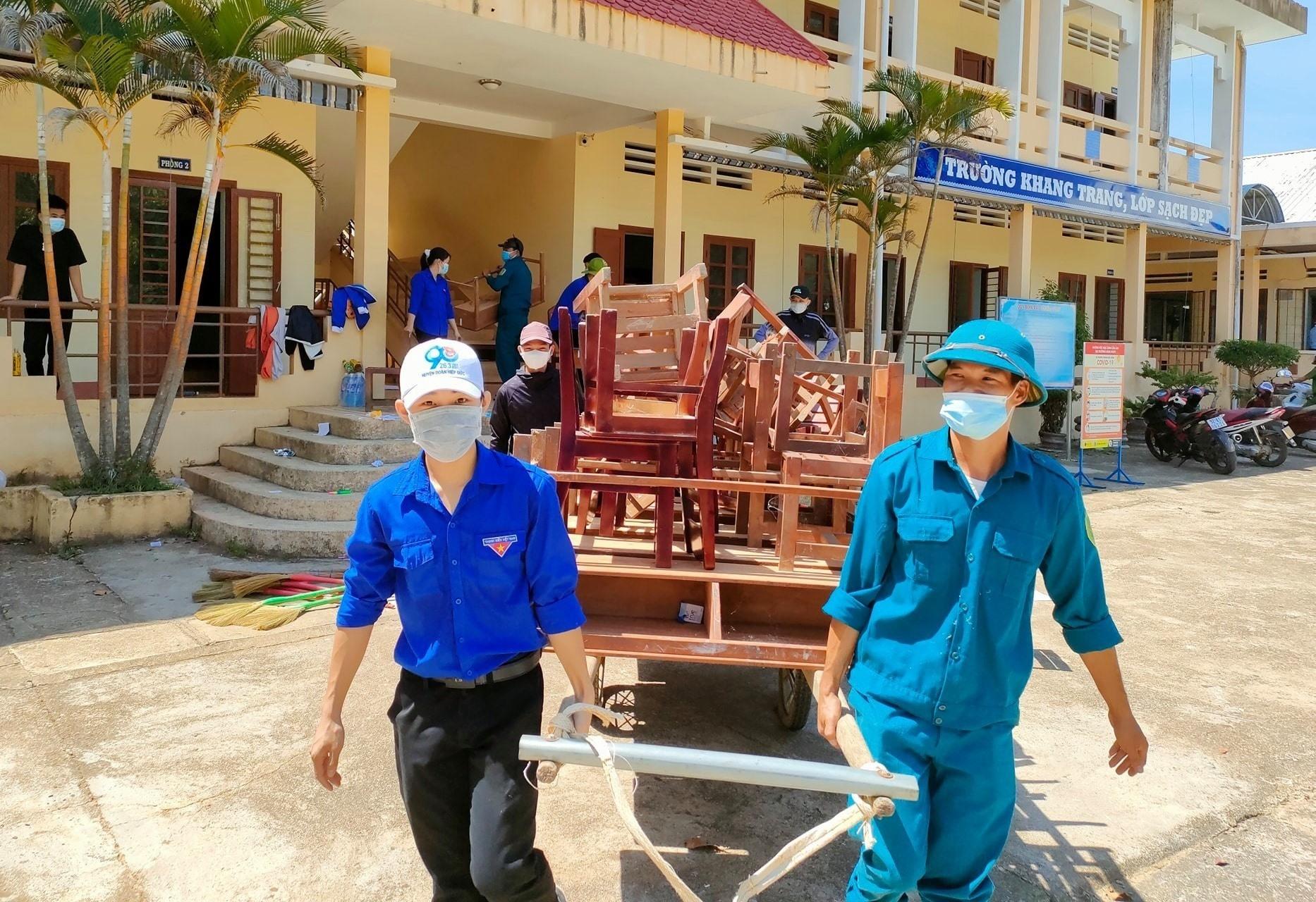 Lực lượng thanh niên hỗ trợ địa phương thành lập khu cách ly tập trung tại Trường Tiểu học và THCS Nguyễn Trãi (xã Bình Sơn). Ảnh: Tuổi trẻ Hiệp Đức