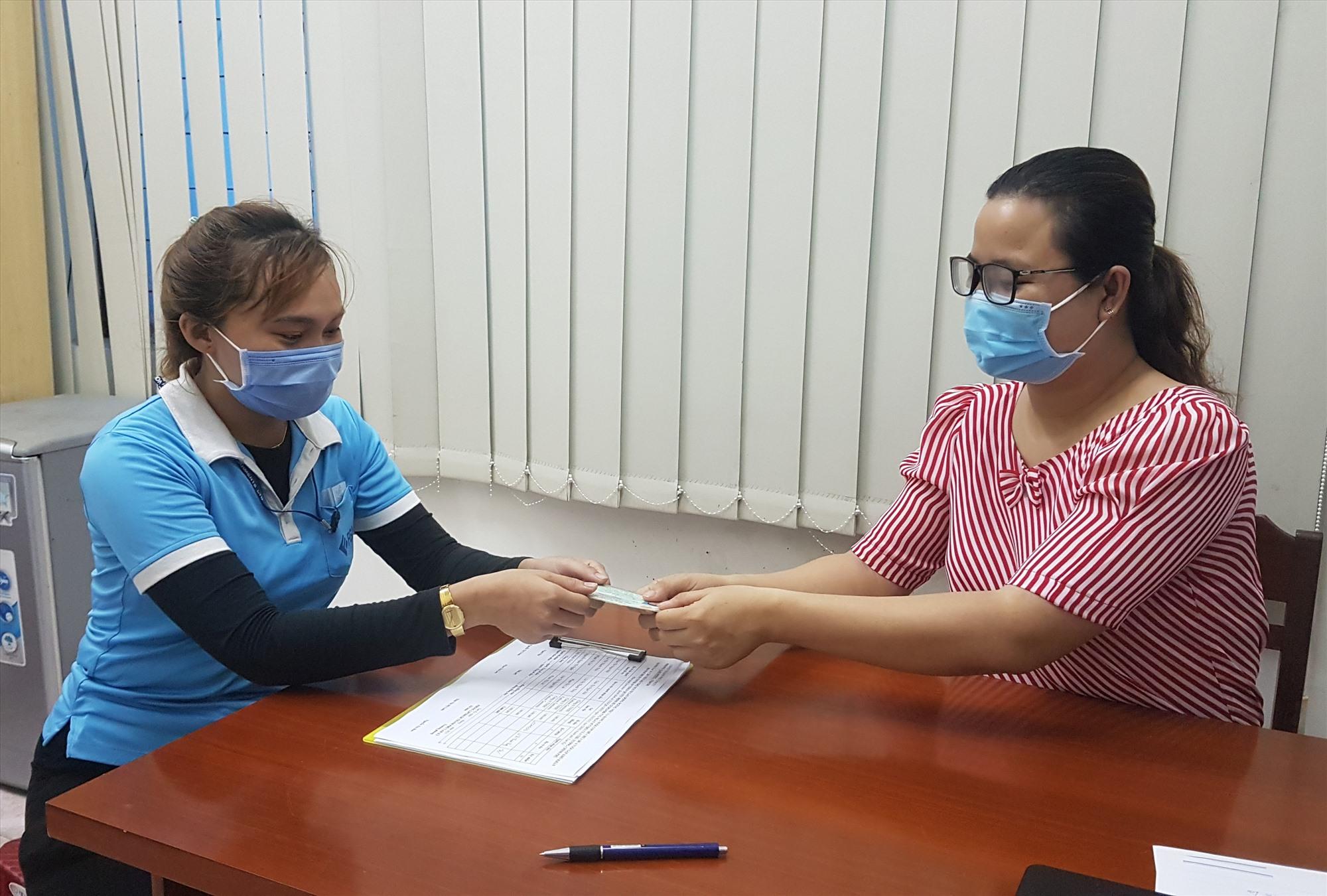Những lao động bị cách ly y tế nhận hỗ trợ từ Nghị quyết 68 của Chính phủ. Ảnh: D.L