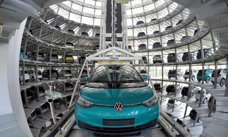 Volkswagen, nhà sản xuất ô tô lớn thứ hai sau Toyota, cắt giảm sản lượng xe do thiếu chip bán dẫn. Ảnh: Reuters