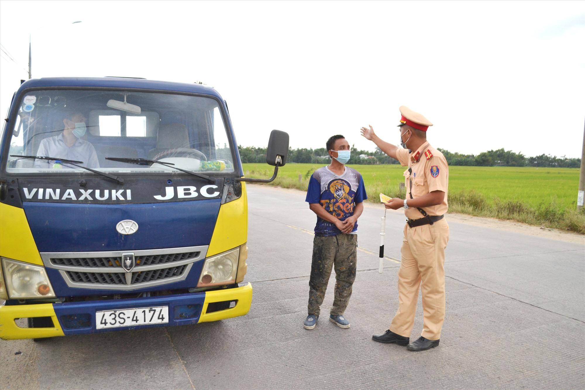 Cảnh sát giao thông kiểm tra, hướng dẫn phương tiện đi đúng luồng tuyến quy định để đảm bảo phòng dịch Covid-19. Ảnh: CT