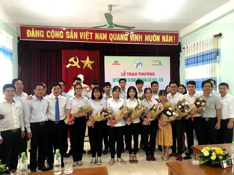 Lễ trao thưởng Quỹ ươm mầm tài năng đất Quảng Nam năm 2019. Ảnh: C.N