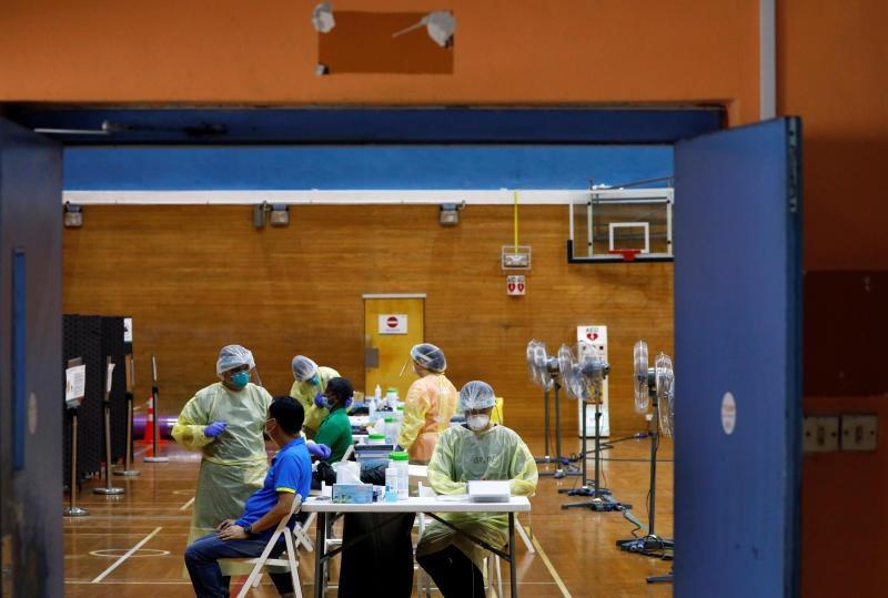Một khu xét nghiệm sàng lọc vi rút SARS-CoV-2 tại Singapore. Ảnh: Reuters