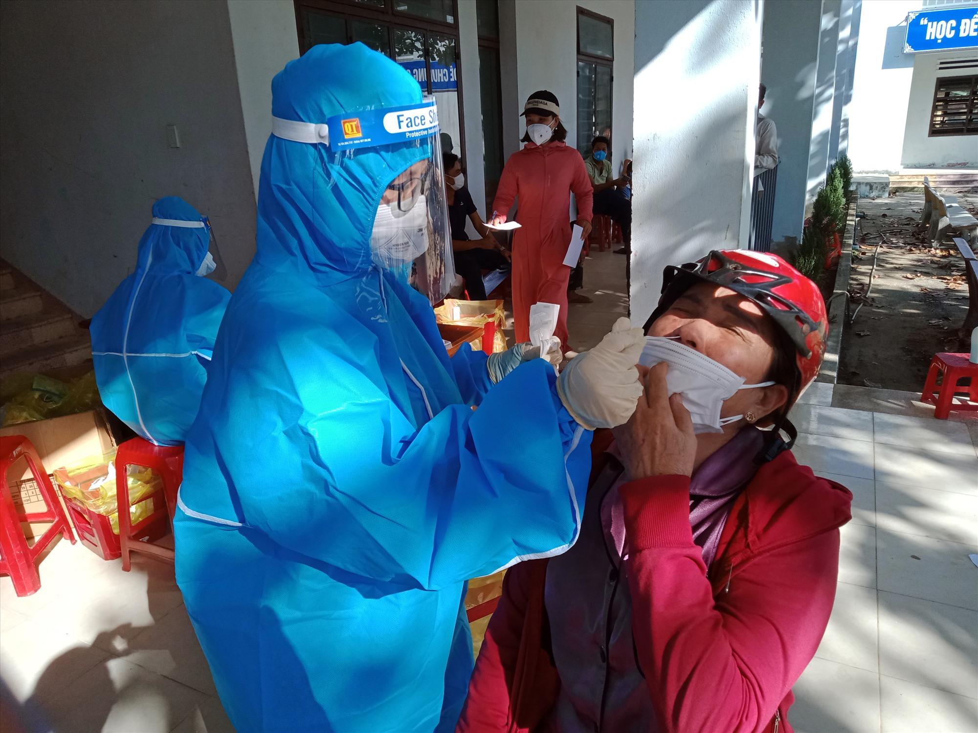 Lấy mẫu xét nghiệm tại Khối phố An Đông thị trấn Tân Bình.