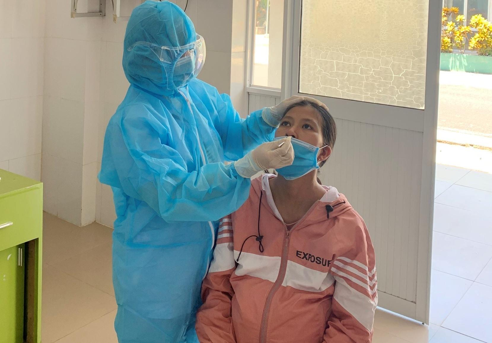 Chú thích ảnh: Khoa Phụ sản Bệnh viện Đa khoa Quảng Nam test nhanh Covid-19 cho thai phu. Ảnh: BVCC