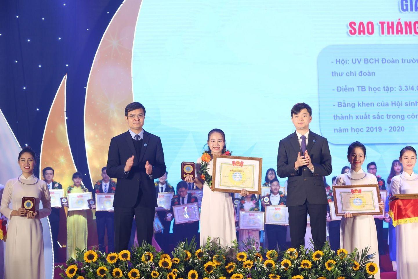 """Mai Thị Thu Sương nhận giải thưởng """"Sao tháng Giêng"""" của Trung ương Hội Sinh viên Việt Nam. Ảnh: Nhân vật cung cấp"""