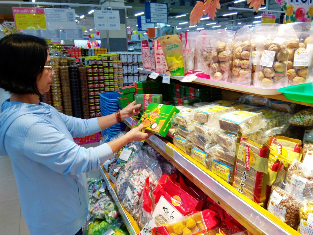 Sản phẩm đặc trưng Quảng Nam được bày bán tại Co.opMart Tam Kỳ thu hút người tiêu dùng. Ảnh: L.V