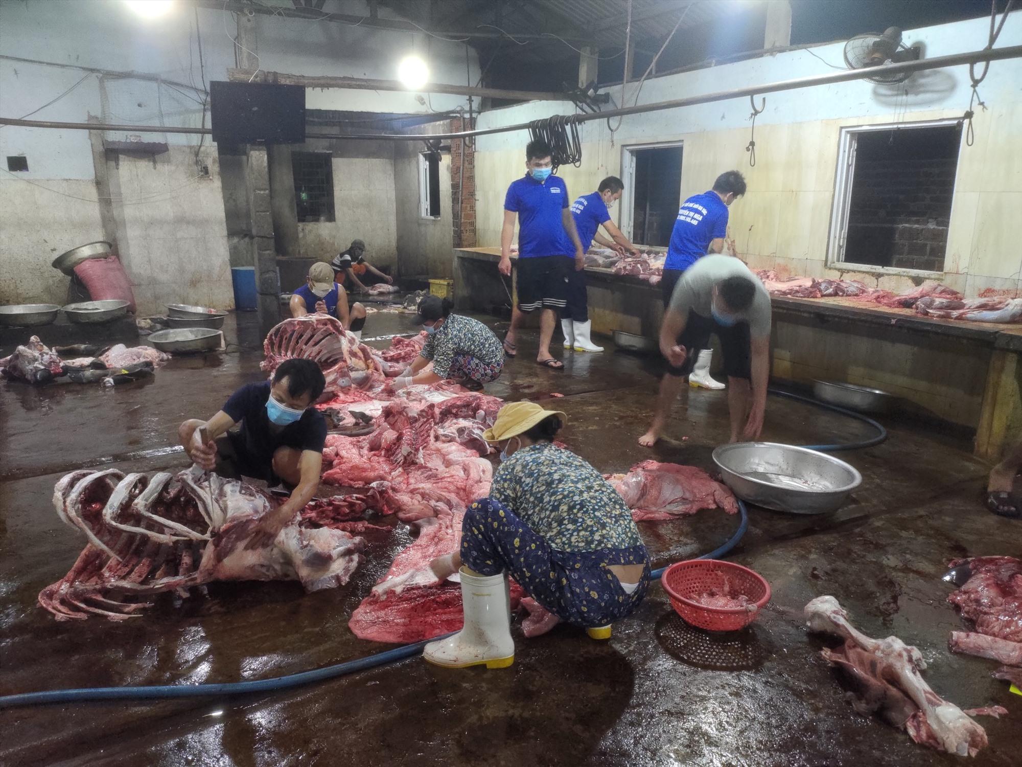 11 con bò tại cơ sở giết mổ không rõ nguồn gốc xuất xứ. Ảnh L.T