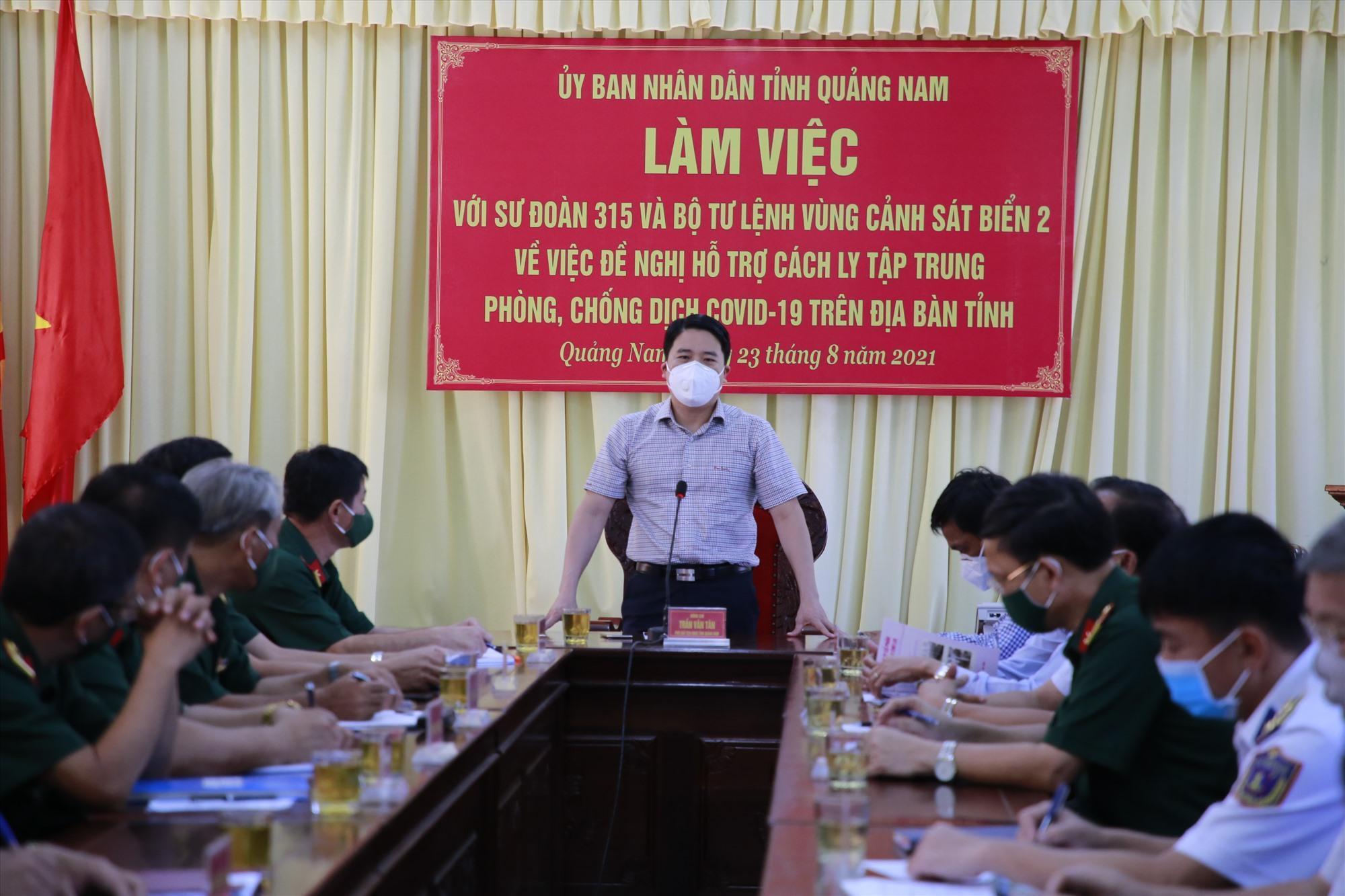 Phó Chủ tịch UBND tỉnh Trần Văn Tân đề nghị Sư đoàn 315 và Bộ tư lệnh Vùng Cảnh sát biển 2 vào cuộc mạnh mẽ, hỗ trợ nhiều hơn trong công tác phòng chống dịch Covid-19 khi diễn tiến dịch bệnh phức tạp hơn. Ảnh: T.C