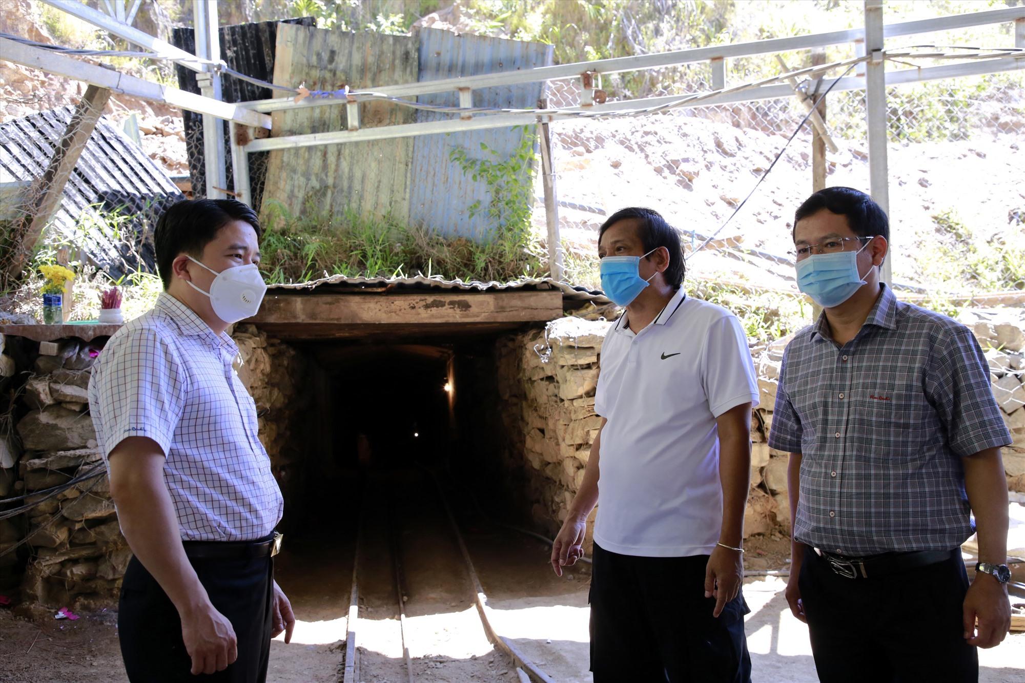 Phó Chủ tịch UBND tỉnh Trần Văn Tân kiểm tra hoạt đông khai thác vàng của công ty TNHH Phước Minh tại xã Phước Thành.