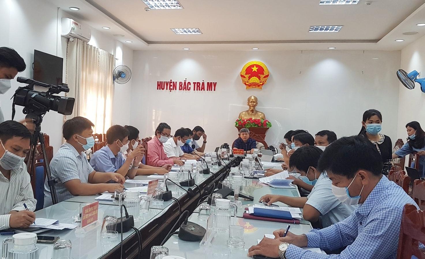Phó Chủ tịch UBND tỉnh Hồ Quang Bửu làm việc với huyện Bắc Trà My sáng nay. Ảnh: D.L
