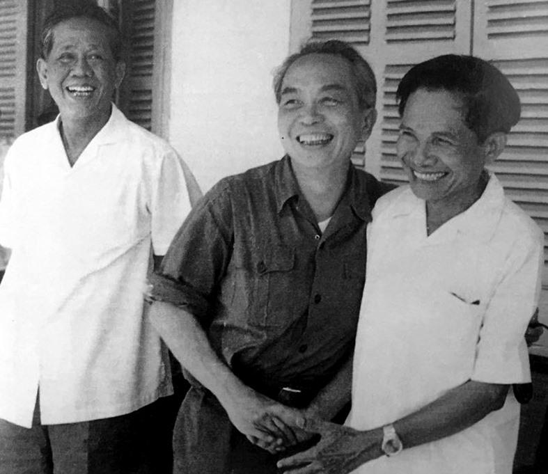Tổng Bí thư Lê Duẩn, Đại tướng Võ Nguyên Giáp chụp ảnh cùng đồng chí Hồ Nghinh trong chuyến thăm, làm việc với lãnh đạo Khu ủy 5 và Đặc Khu ủy Quảng Đà. Ảnh tư liệu
