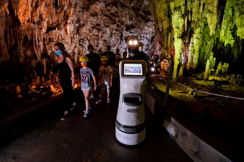 Rô bốt hướng dẫn viên du lịch Persephone đưa khách tham qua hang động Alistrati của Hy Lạp. Ảnh: AP