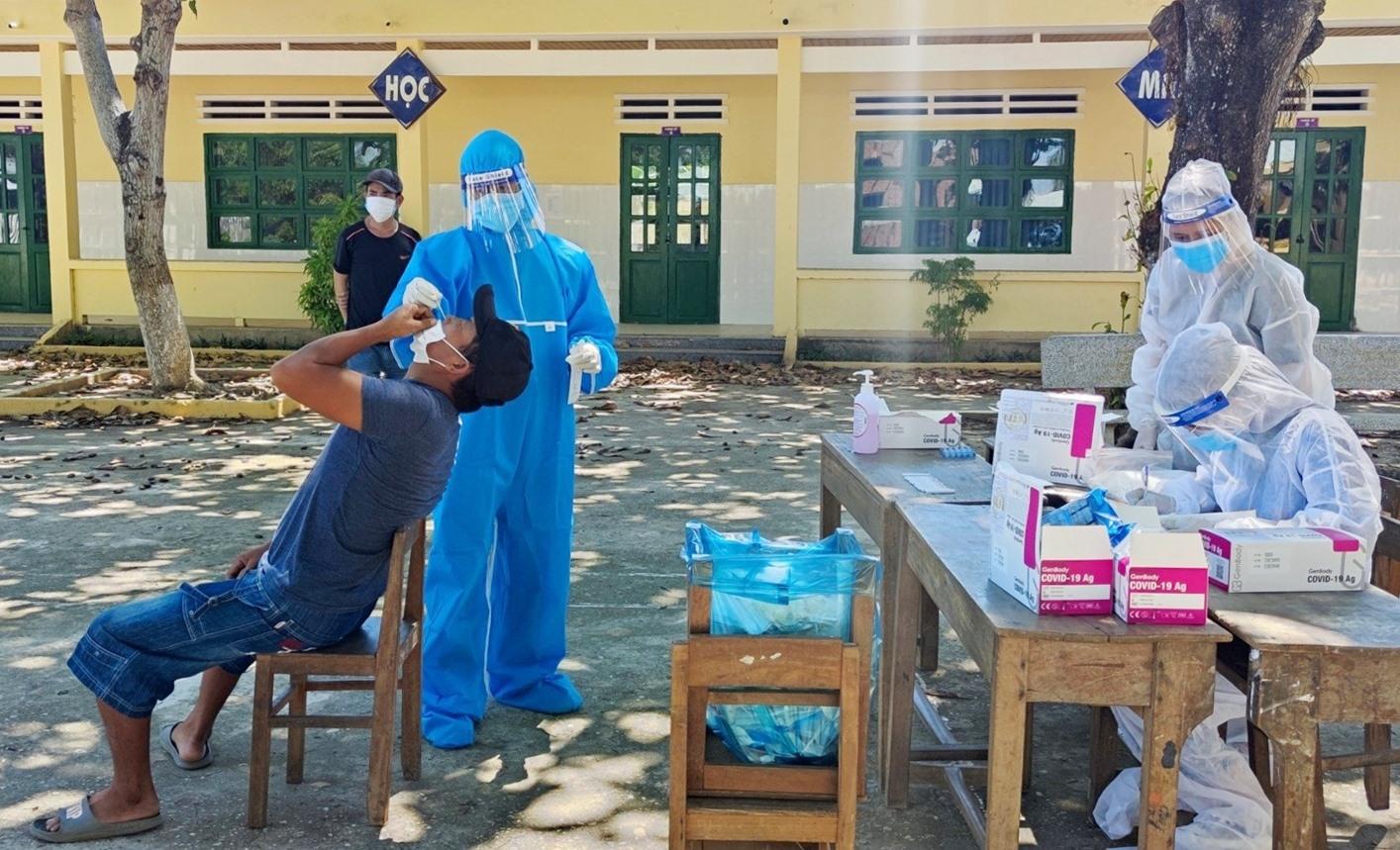 Đội hình TNTN tham gia hỗ trợ cùng đội ngũ y tế huyện nhà truy vét, lấy mẫu xét nghiệm phòng chống dịch Covid-19. Ảnh: THÁI CƯỜNG