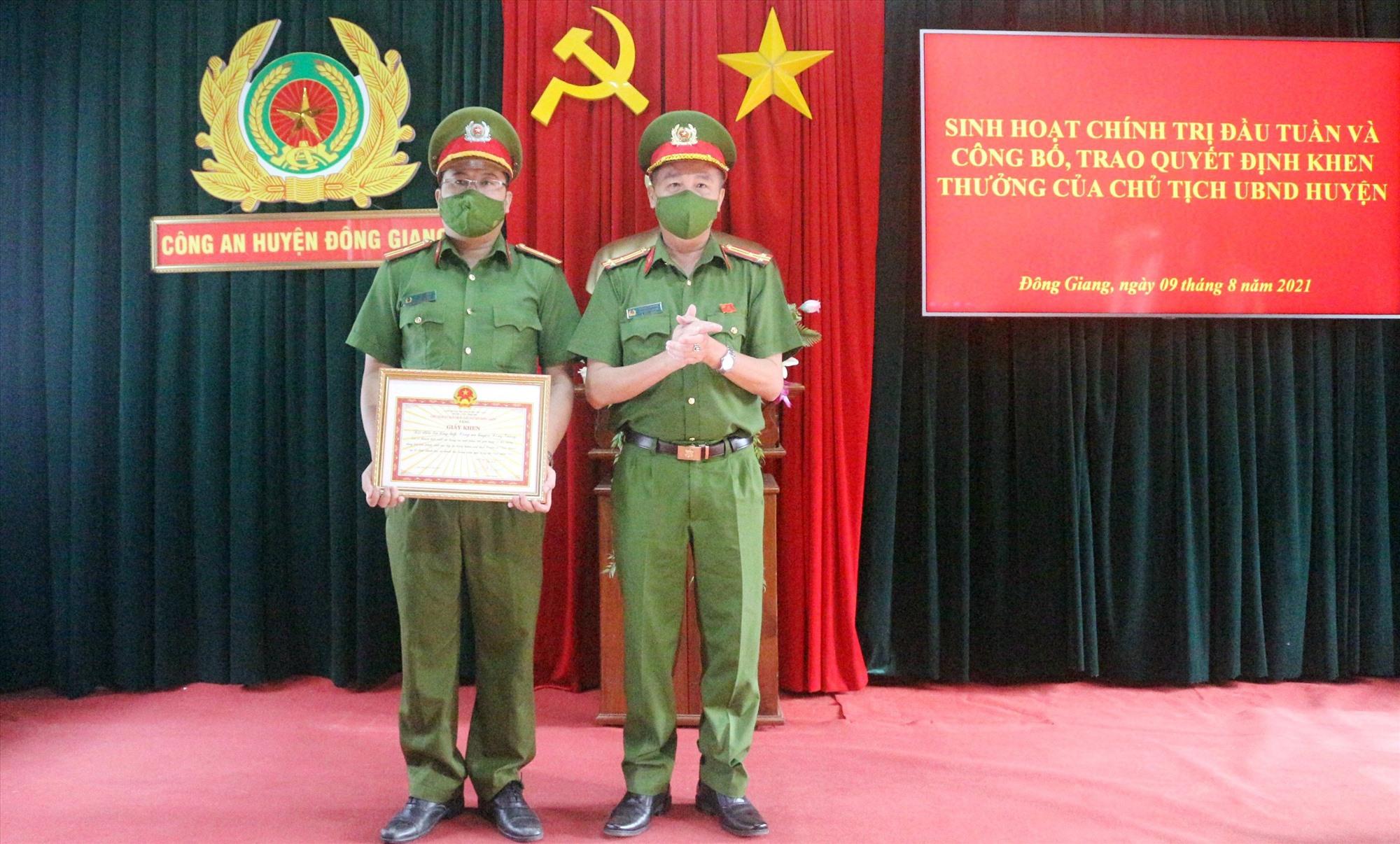 Với thành tích phá án ma túy và cá độ bóng đá, Đội Điều tra tổng hợp Công an huyện Đông Giang được Chủ tịch UBND huyện khen thưởng đột xuất. Ảnh: C.T