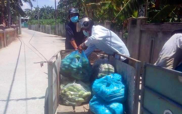 """ổ nông dân tình nguyện xã Đại An với vai trò """"shipper 0 đồng"""" hỗ trợ bà con vận chuyển nông sản ra điểm tiêu thụ. Ảnh: CTV"""
