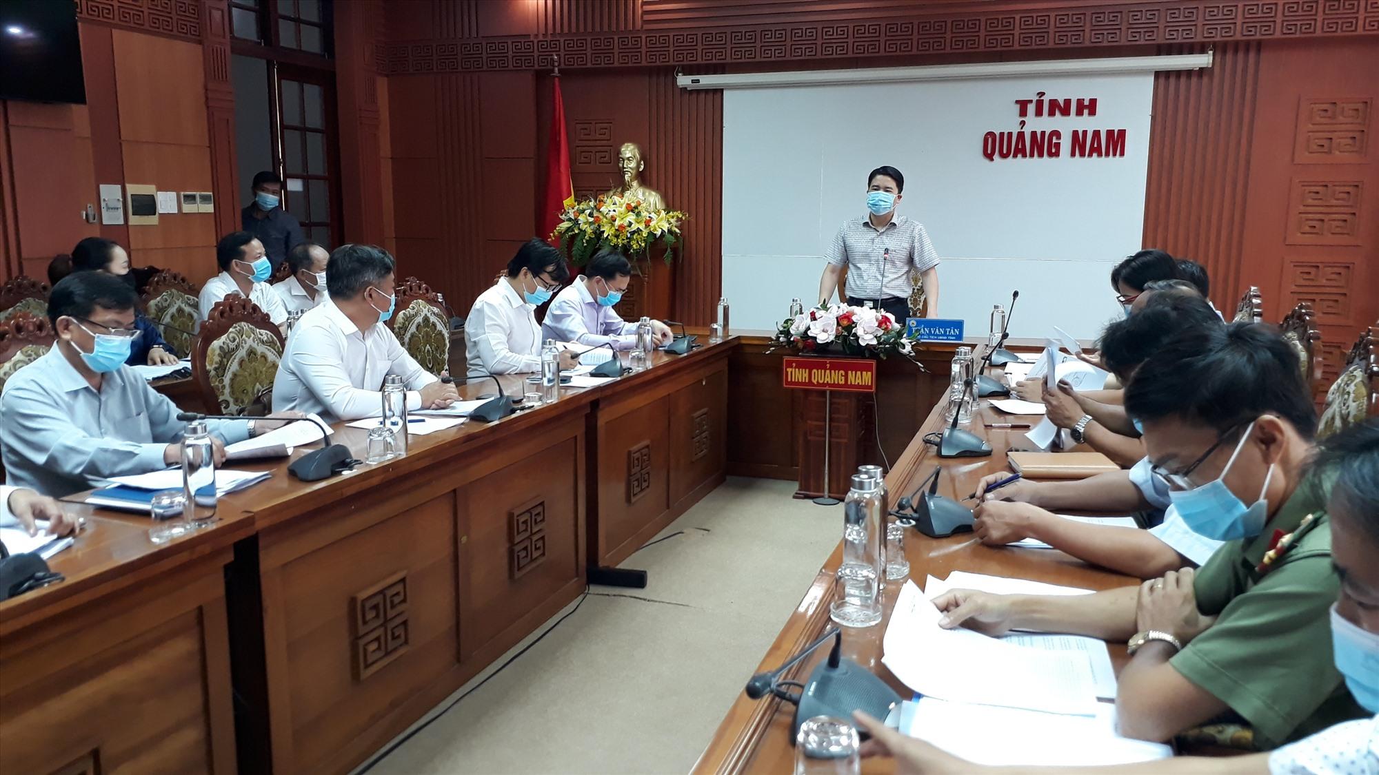 Phó chủ tịch UBND tỉnh Trần Văn Tân phát biểu tại cuộc họp. Ảnh: X.P
