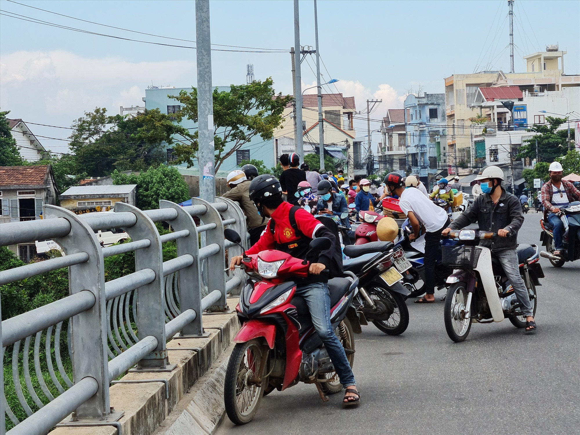 Rất đông người dân tập trung trên cầu theo dõi sự việc. Ảnh: T.N