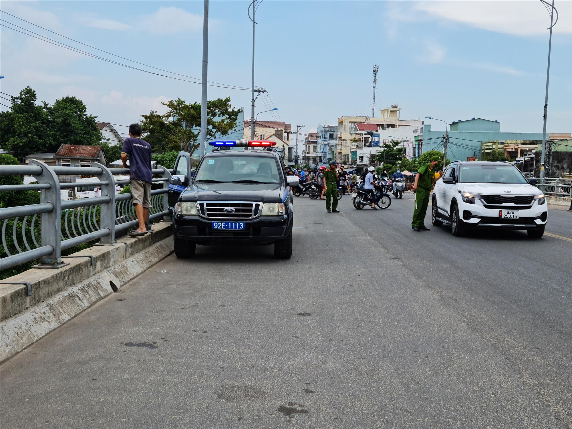 Lực lượng chức năng lập tức có mặt yêu cầu người dân không tụ tập, đảm bảo an toàn phòng chống dịch. Ảnh: T.N