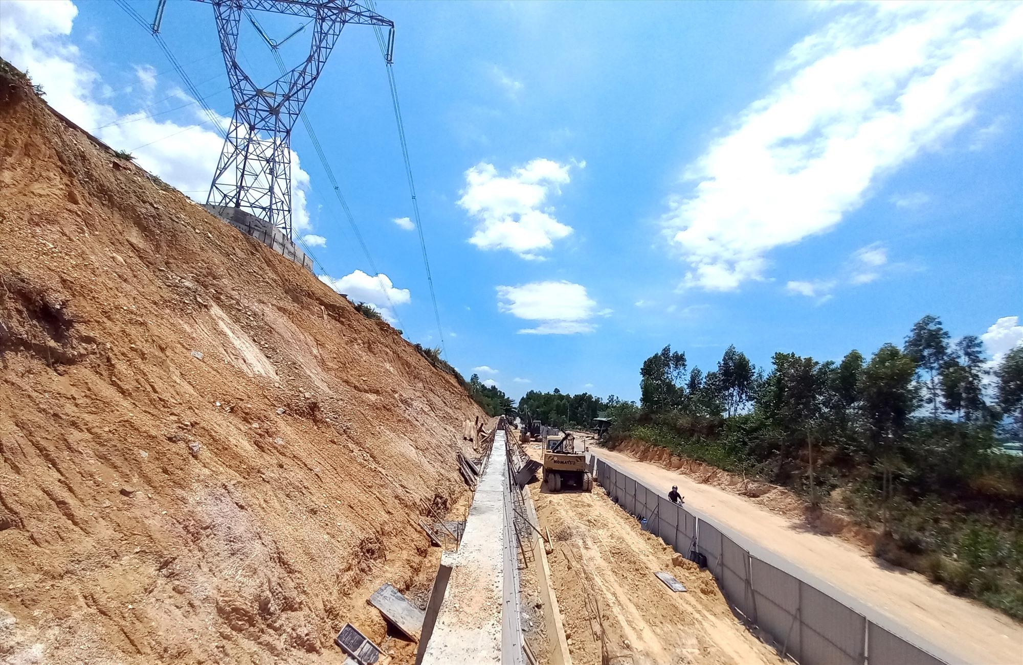 Công trình thi công sửa chữa khẩn cấp taluy dương quốc lộ 14B bị sạt lở đã đạt gần 80% khối lượng. Ảnh: C.T