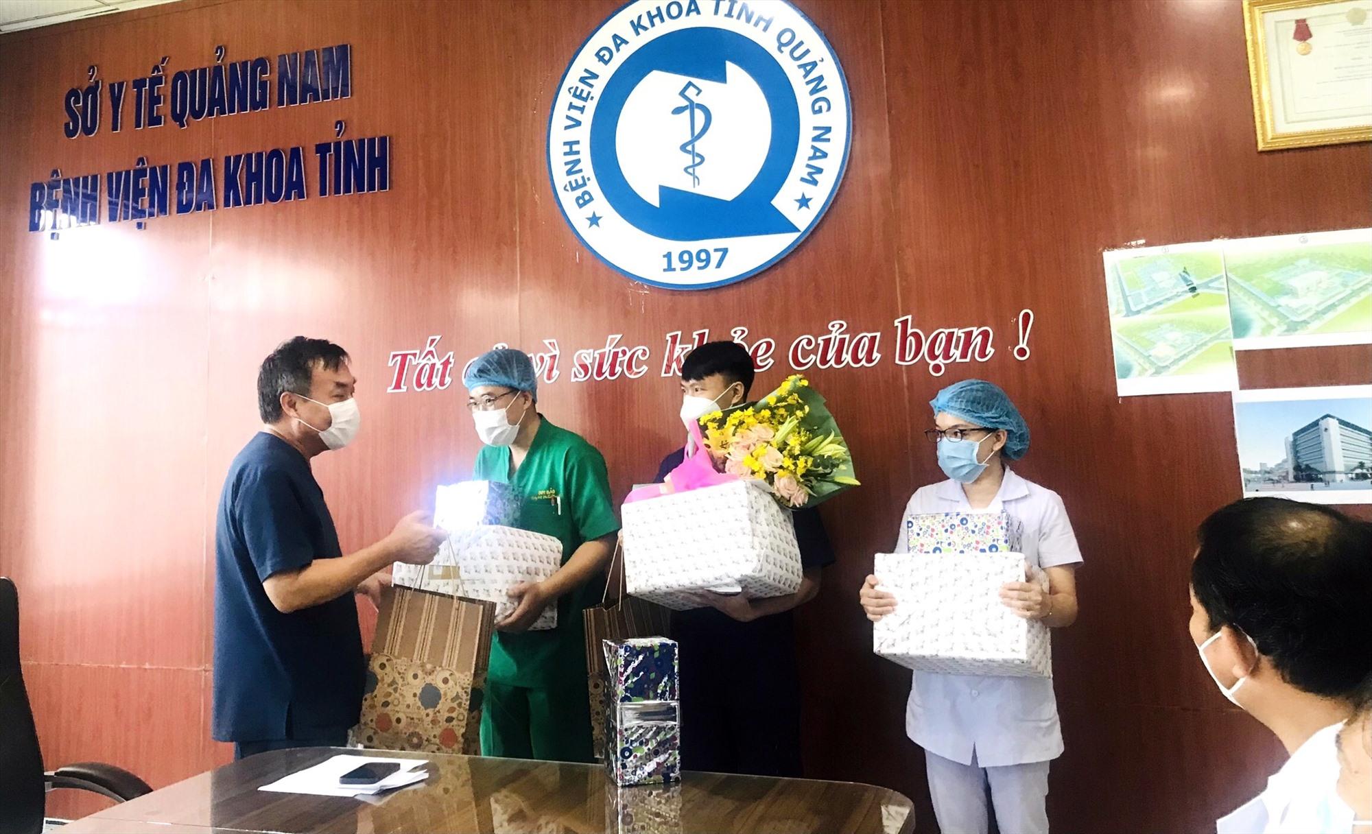 Bệnh viện Đa khoa Quảng Nam chia tay và tặng quà các y bác sĩ tham gia đợt tình nguyện. Đợt này, có 3 cán bộ y tế của bệnh viện tham gia tình nguyện. Ảnh: X.H
