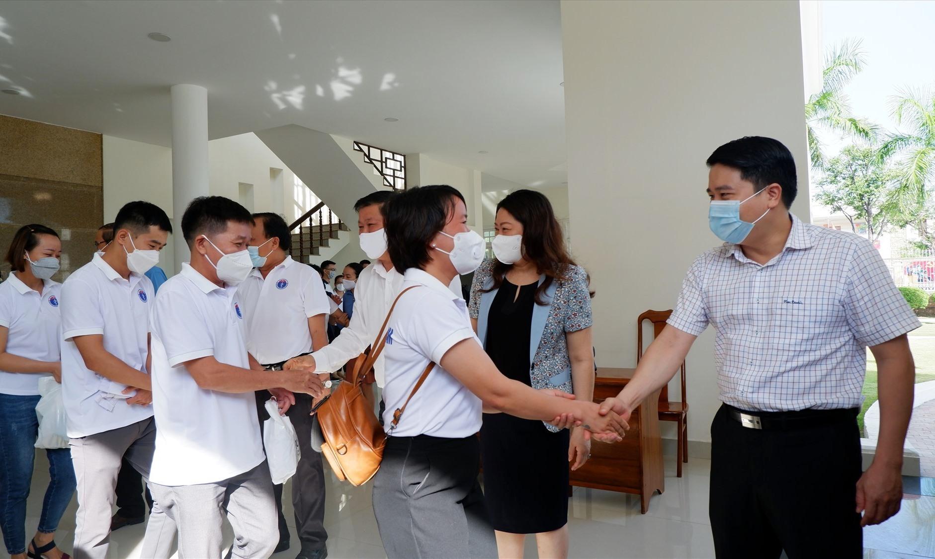 Phó Chủ tịch UBND tỉnh Trần Văn Tân chia tay và động viện đội ngũ y tế lên đường. Ảnh: X.H