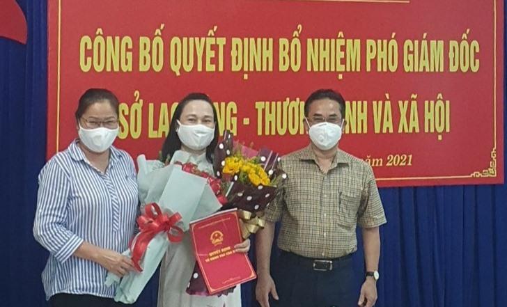 Phó Chủ tịch UBND tỉnh Trần Anh Tuấn trao Quyết định bổ nhiệm cho bà Đoàn Thị Hoài Nhi. Ảnh: L.X