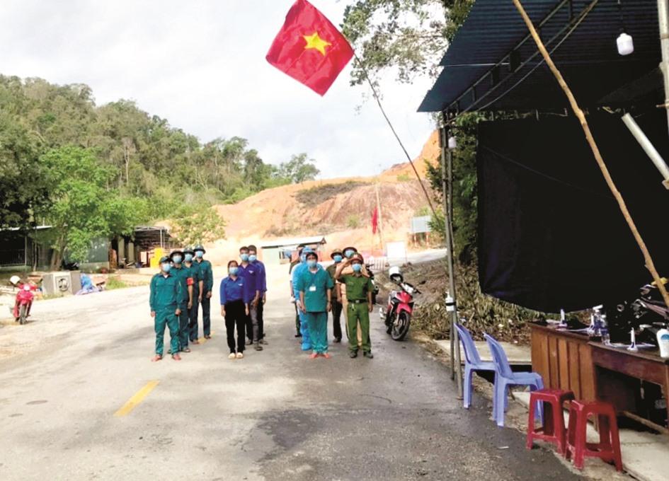 Dù làm nhiệm vụ giữa rừng nhưng các thành viên chốt kiểm soát đều tổ chức lễ chào cờ đầu tuần, trước khi vào ca trực.