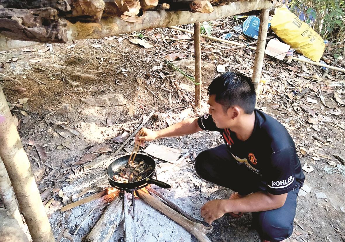 Khi các đồng đội trực chốt, một thành viên khác tranh thủ xuống bếp hâm đồ ăn.