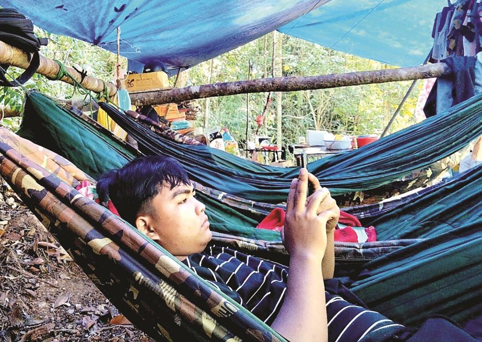 Phút nghỉ ngơi hiếm hoi giữa rừng.