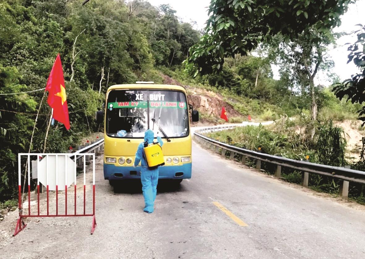 Nhân viên y tế tại Chốt kiểm soát xã Mà Cooih tiến hành khử khuẩn phương tiện lưu thông vào địa bàn.