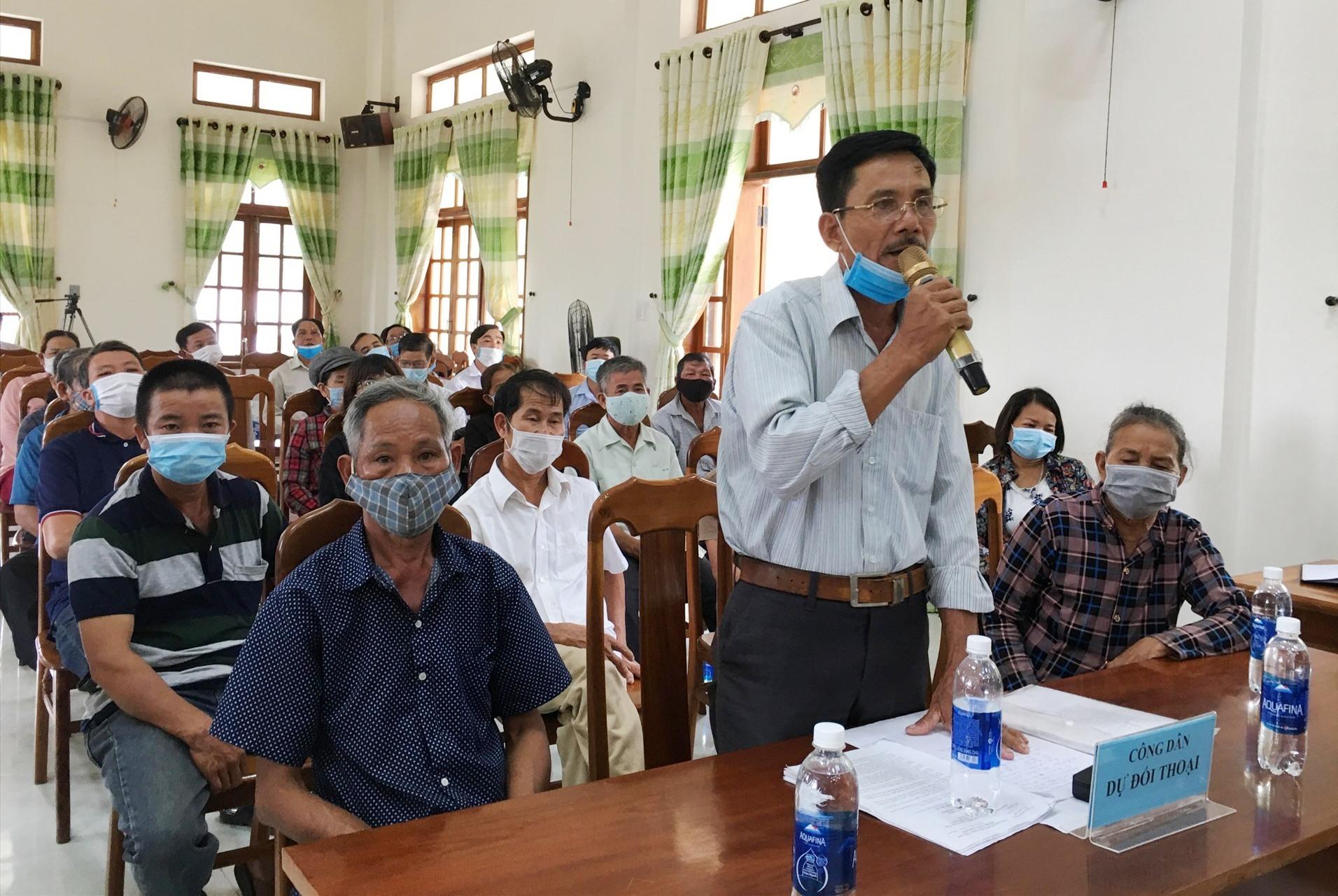 Người dân xã Tam Lộc nêu kiến nghị với lãnh đạo huyện Phú Ninh. Ảnh: C.Đ