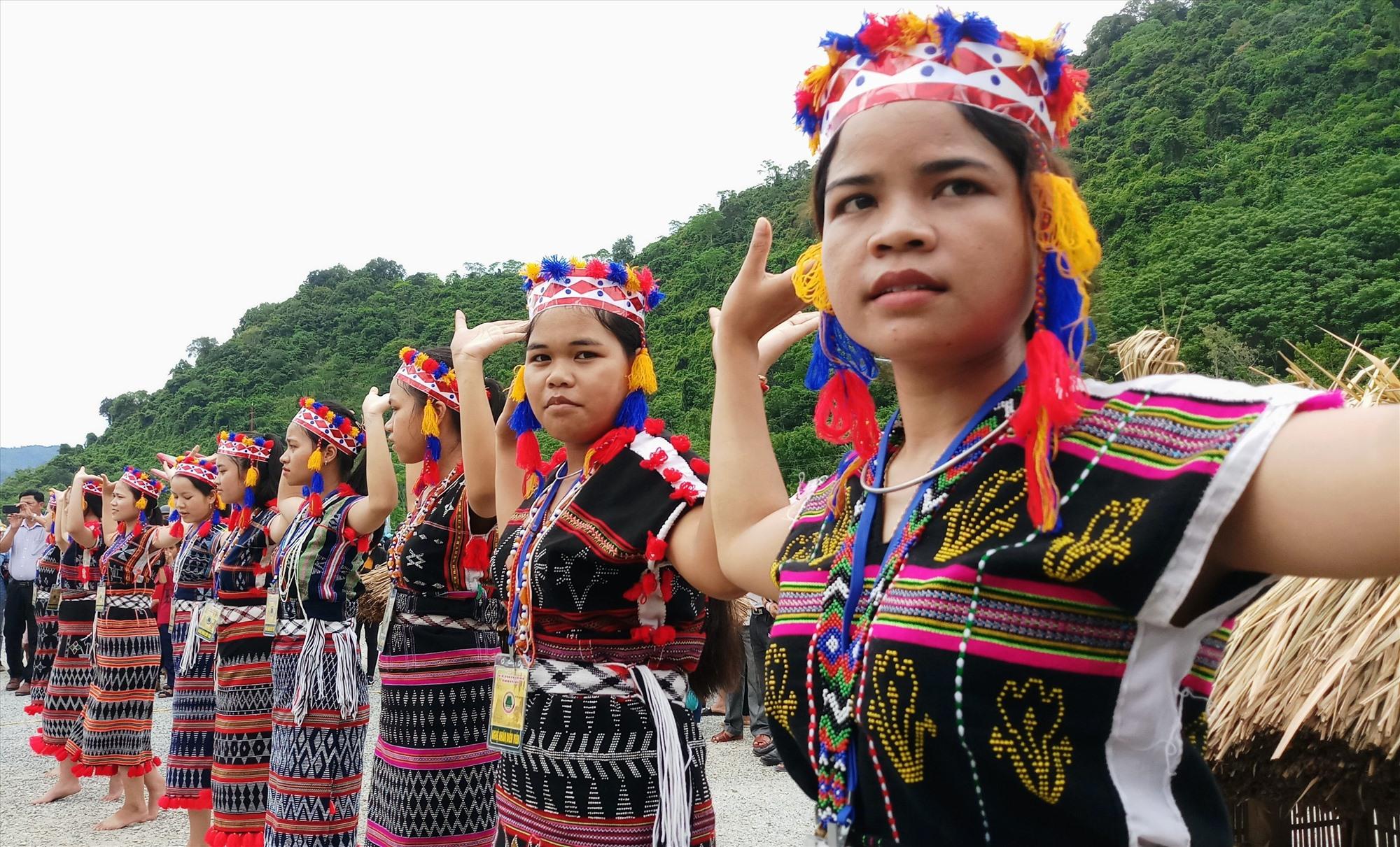 Cơ Tu là một trong 4 tộc người chính của đồng bào dân tộc thiểu số Quảng Nam. Trong ảnh: Các cô gái Cơ Tu với vũ điệu tâng tung da dá. Ảnh: Alăng Ngước
