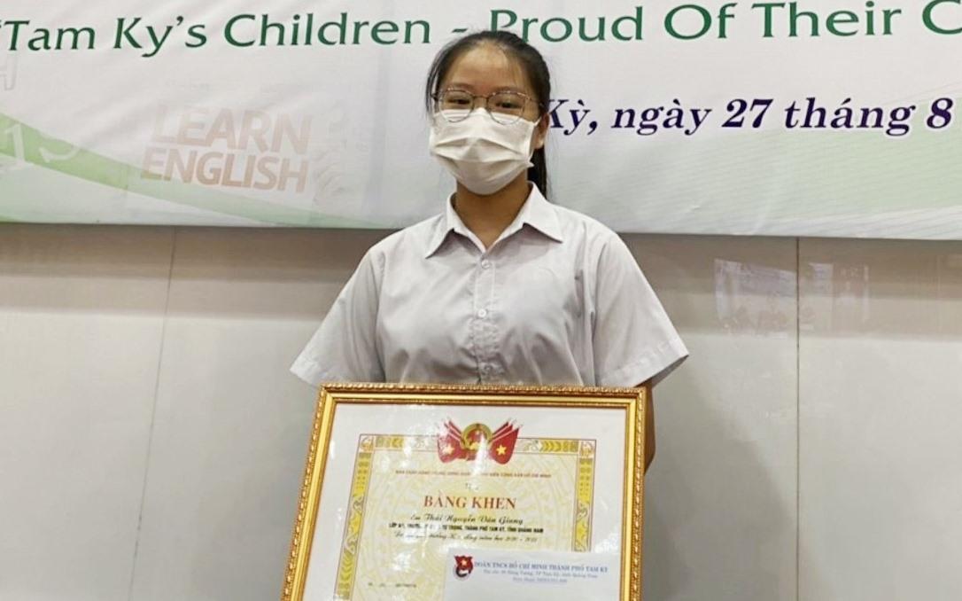 Em Thái Nguyễn Vân Giang nhận bằng khen giải thưởng Kim Đồng trong sáng nay 27.8. Ảnh: THÁI CƯỜNG