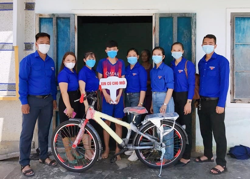 """Nhóm """"Xin cũ cho mới"""" tặng xe đạp mới cho em học sinh khó khăn Đinh Tấn Quốc. Ảnh: HS"""